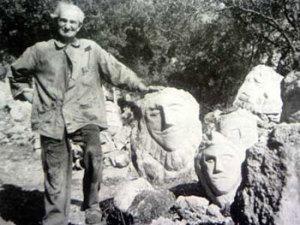 L'auteur d'Art Brut dans son jardin à Sciacca