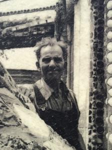 Simon Rodia dans son ensemble de tours. Photographe inconnu