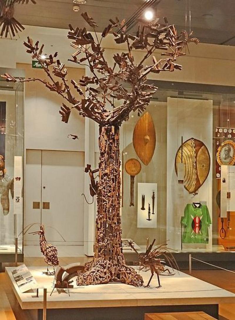 Un arbre de vie constitué d'armes de la guerre du Mozambique