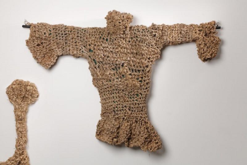 Vêtements, bottes et chapeau tressés avec de l'herbe. Les oeuvres fabuleuses de l'Ecossais Angus McPhee.