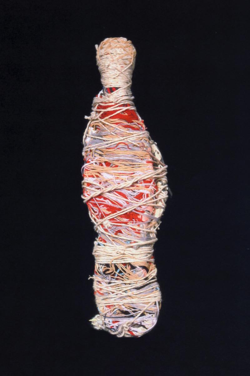 Pareilles à des cocons géants ou à des amulettes vaudou: les créations de Judith Scott impressionnent